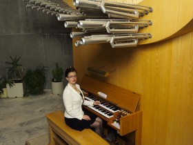 Maria-Magdalena Kaczor at the organ of Alpe d'Huez (F)